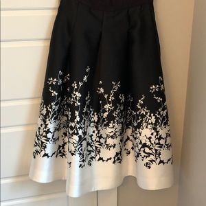 BLACK AND WHITE FLORAL FULL MIDI SKIRT. Size 6.